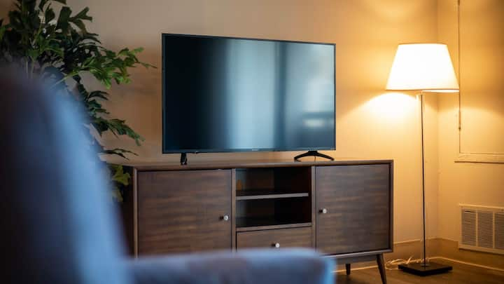 Professionally-cleaned 2BD condo with fast wifi, self check-in