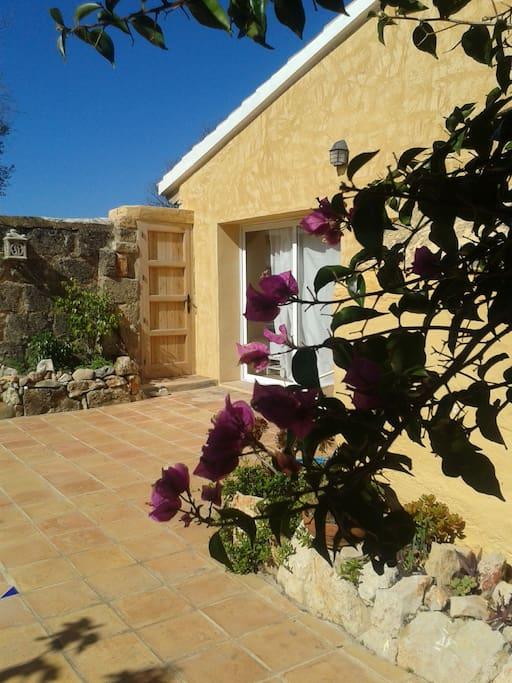 entrada al estudio por el patio de la casa con vistas al mar y de fácil acceso.