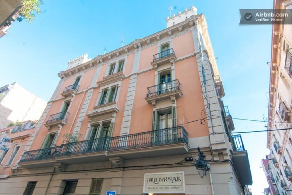 Un edificio clásico en un barrio lleno de Gràcia