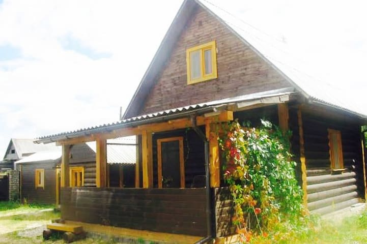 Уютный дом на берегу озера.