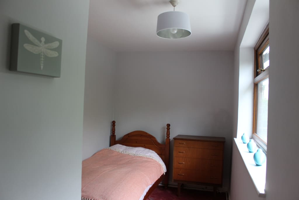 Single bedroom, room for cot also