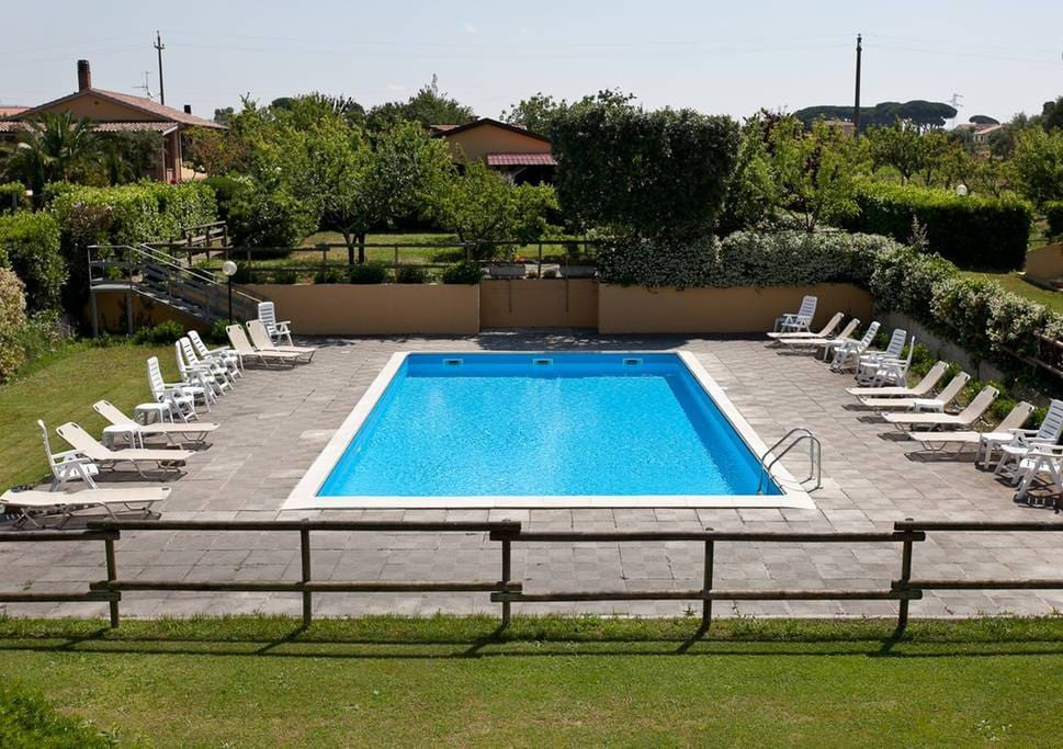piscina con zona giardini