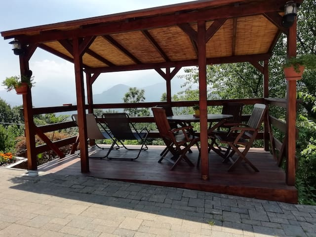 Patio in legno disponibile davanti all'appartamento / wooden terrace in front of the apartment provided