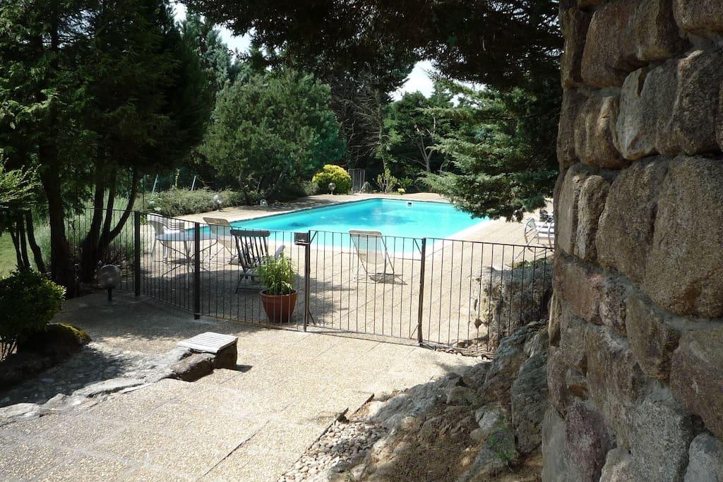 G te bord de rivi re avec piscine maisons louer for Auvergne gites avec piscine