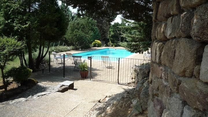 Gîte bord de rivière avec piscine