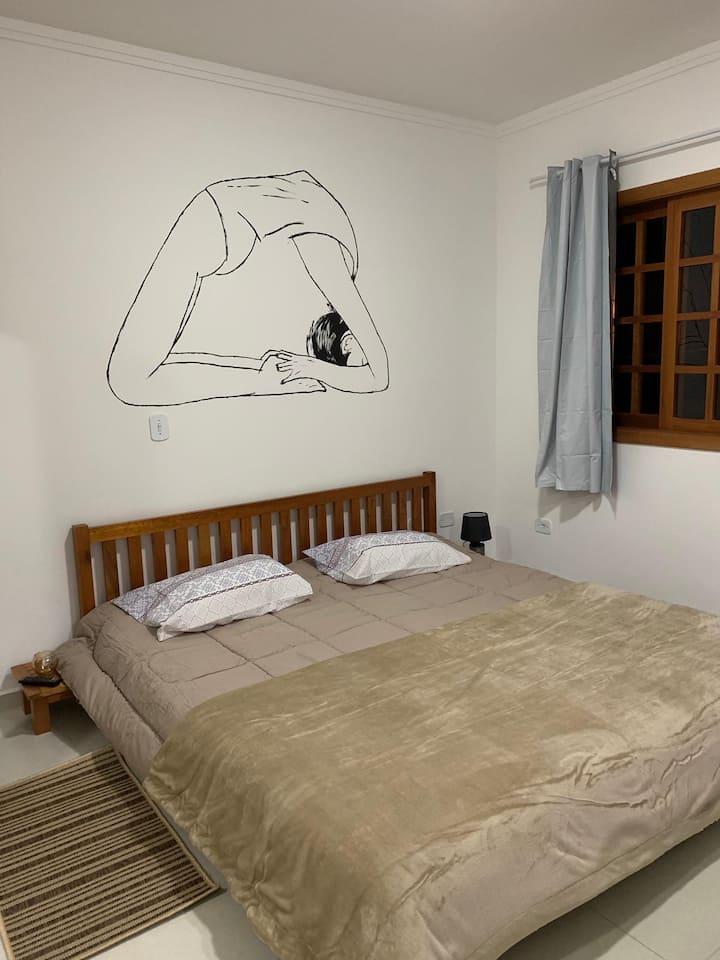 Quarto Zen com cama estilo oriental em CJ