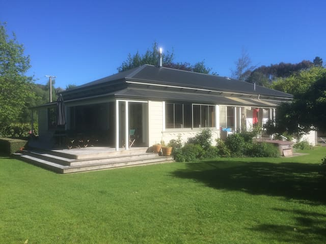 Rural living at its best, only 30 mins from Wgtn - Porirua - House