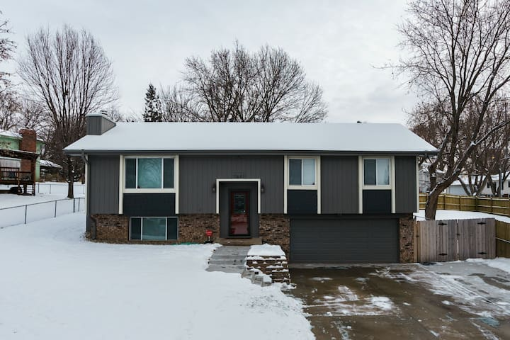 Perfect Northwest Omaha Home–15 min to center