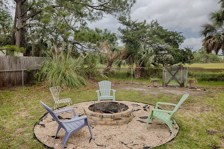 Quaint, updated cottage w/ deck, firepit & meadow view - walk 1/2 mile to beach!