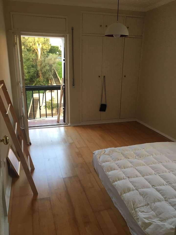 Large, sunbathed bedroom with balcony in Estoril