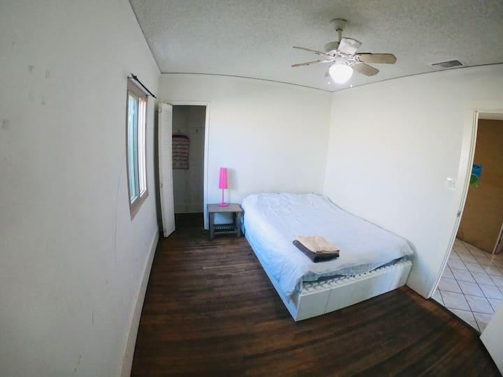 Cozy private room near LAX, Forum, Casino. A