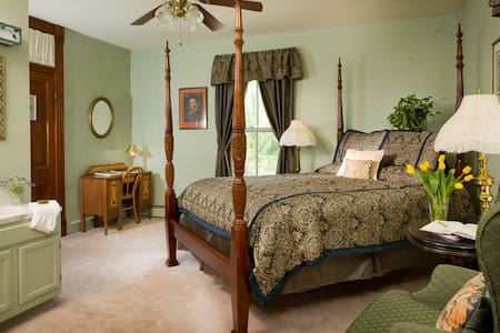 The Jefferson Room at Afton Mountain Bed & Breakfast - Queen-size bed