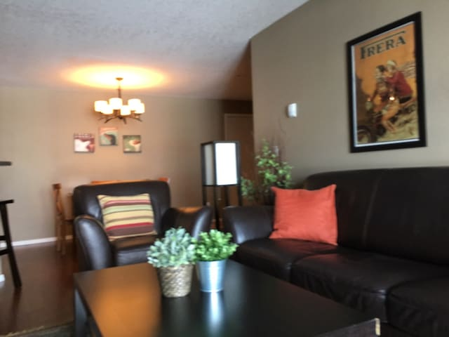 Relaxing 2 bed Spruce Meadows #22 - Calgary - Apartamento