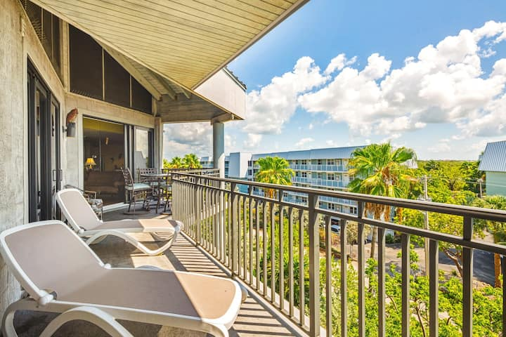 Colorful beachfront condo w/ ocean view balcony & shared hot tub/pool/tennis!