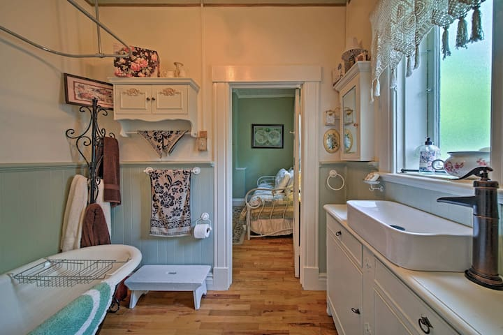 The full bathroom is shared between the two bedrooms.