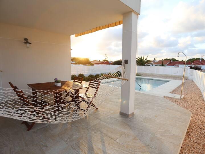Villa a estrenar con piscina privada