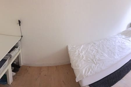 Single room. Shared kitchen and shared bathroom. - Esbjerg - Apartment