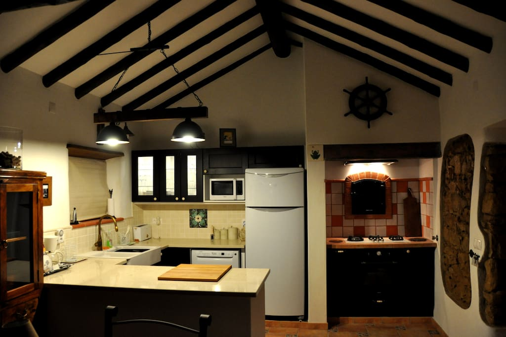 Fully equipped kitchen with dishwasher and original bread oven (non functioning)