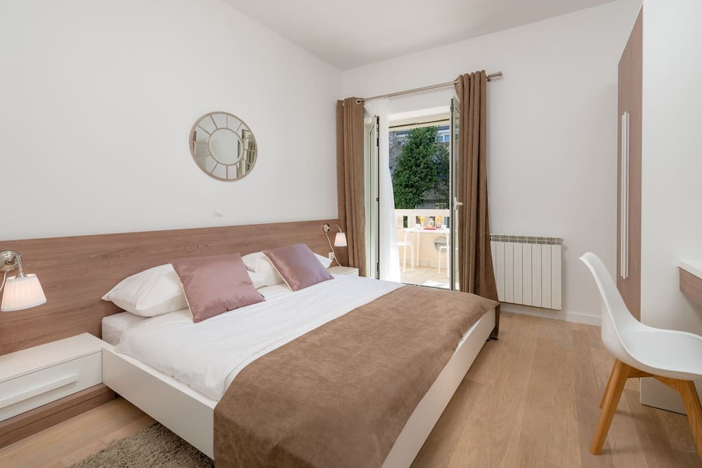 Bedroom, king size bed