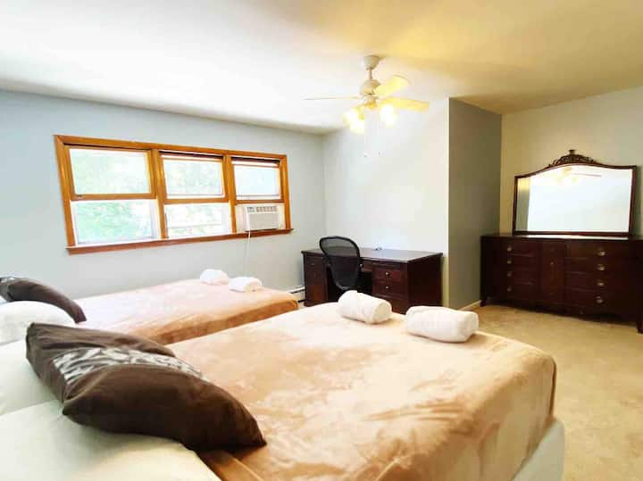 Large,Cozy,Bright Business Class Corporate Retreat