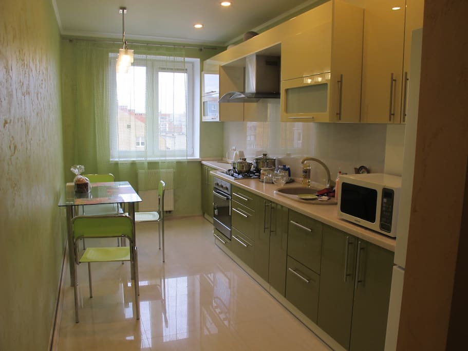 просторная кухня с СВЧ печью. духовкой, набором посуды и тд