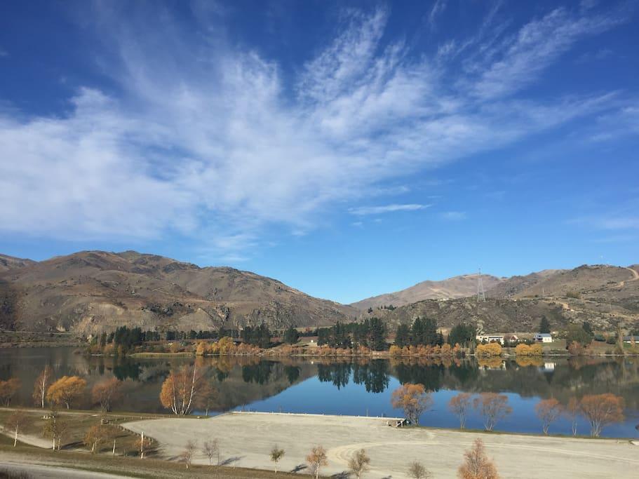 Lake Dunstan - two minutes walk away
