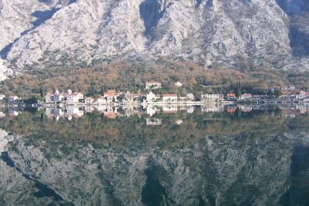 Old stone house at the first sea line bay of Kotor - kotor - 別荘
