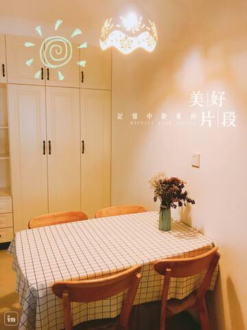 可以容纳4个人同时就餐,温暖的灯光让吃饭也变得赏心悦目起来~
