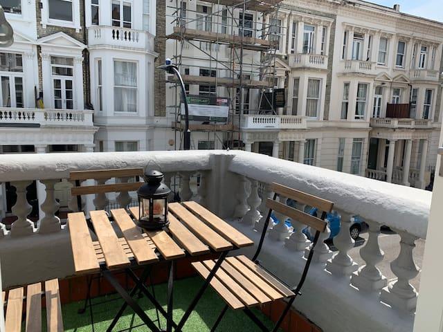 Lovely studio flat with balcony Kensington