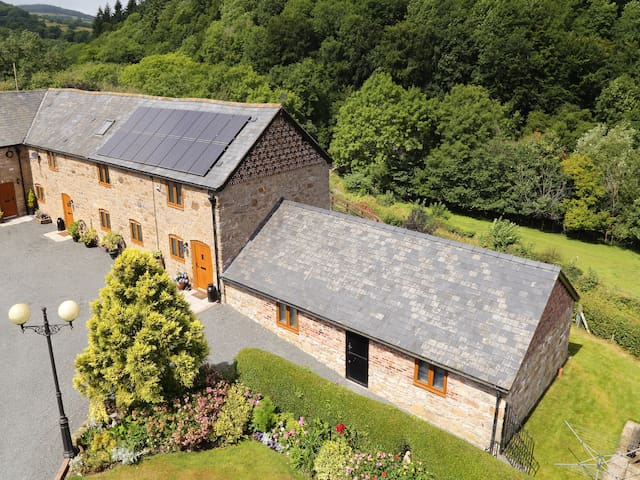 LITTLE COW HOUSE, family friendly, with a garden in Chirk, Ref 929056