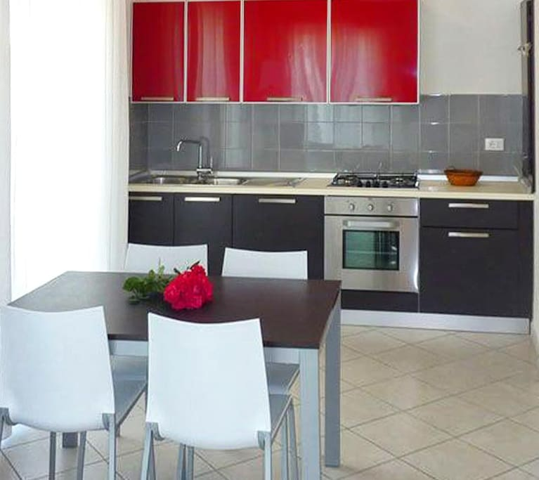 Cucina attrezzata completa di utensili, fuoco, forno, frigorifero, congelatore.