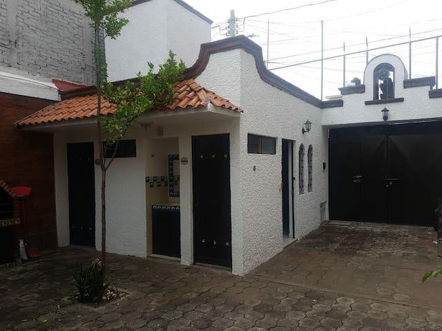 El portal con estacionamiento, Gustabo corona 92