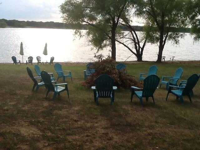 Lake Front Gem.  Pet friendly. Escape to the lake