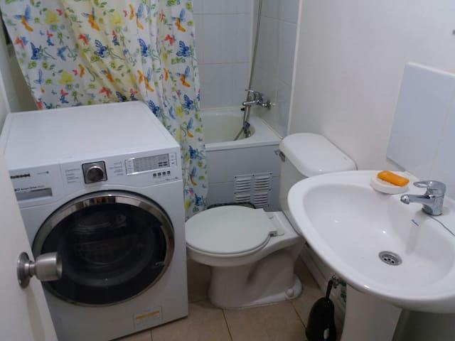 Baño completo de uso exclusivo de los huésped. Ojo hay una lavadora