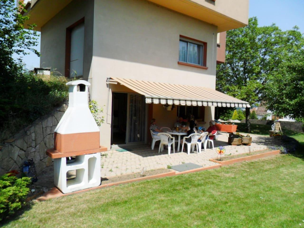Au sud-est la terrasse avec barbecue et salon de jardin