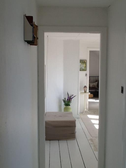 Kig gennem stue til soveværelse