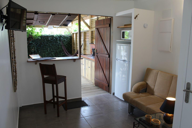 Un confort 3*** pour ce gîte à pied vers la  magnifique plage de Bois Jolan : une chambre climatisée, un grand séjour canapé couchage en 150 et une grande terrasse de 18m2!