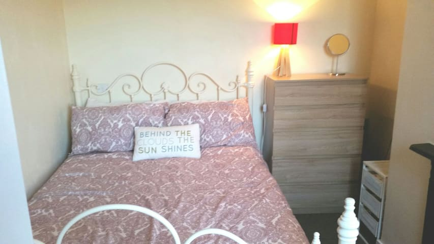 Double room,close to train station, A5 & city cntr