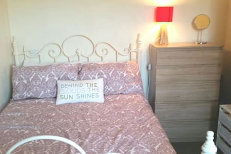 Cosy room,close to train station, A5 & city center - Wolverton - House