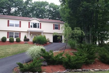 Spacious Pocono Home, perfect weekend getaway - Mount Pocono - Huis