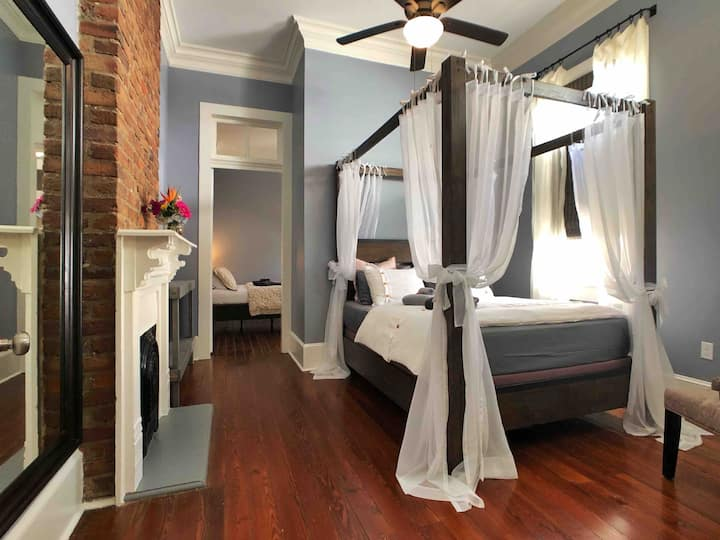 Romantic Couple's Retreat in Heart of Charming LGD