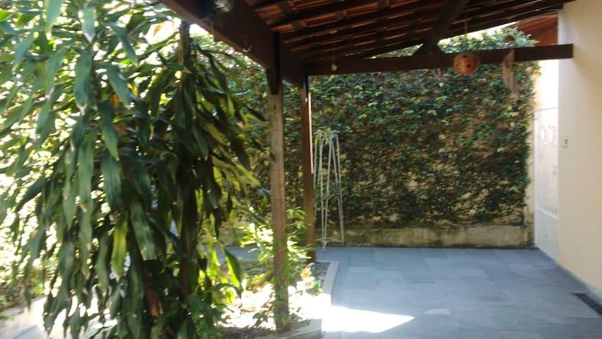 Guaratinguetá: casa em frente ao FREI GALVÃO.