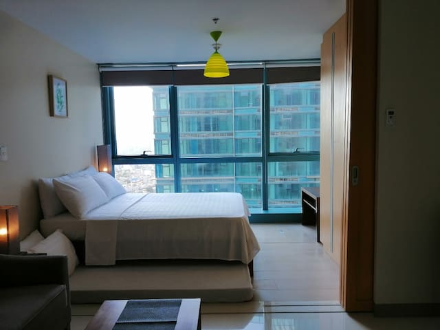 31st Floor 1BR BGC, 6 pax, w/Pool, WiFi & Netflix