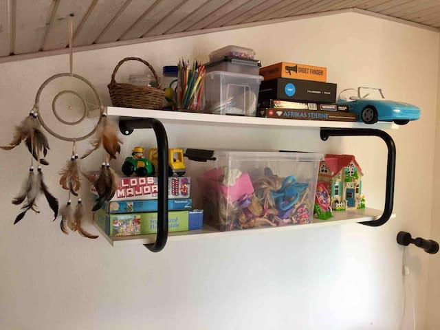 Legetøj og beskæftigelses-materialer i det lille værelse.