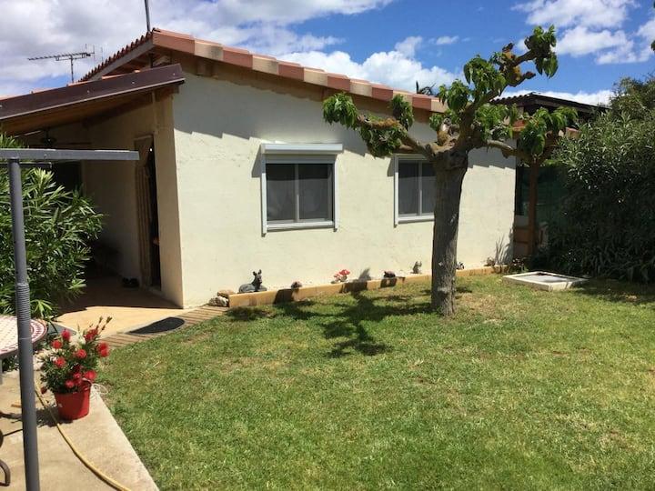 Maison classée de plein pied avec jardin clôturé .