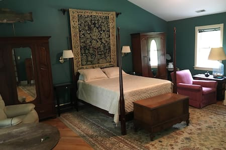 Private Farmhouse Room in Wine country - Keswick