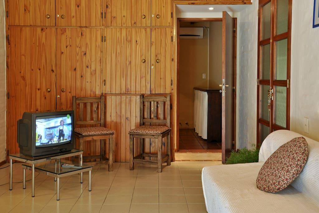 Interior del departamento, cuenta con sofá cama, tv por cable y wifi.