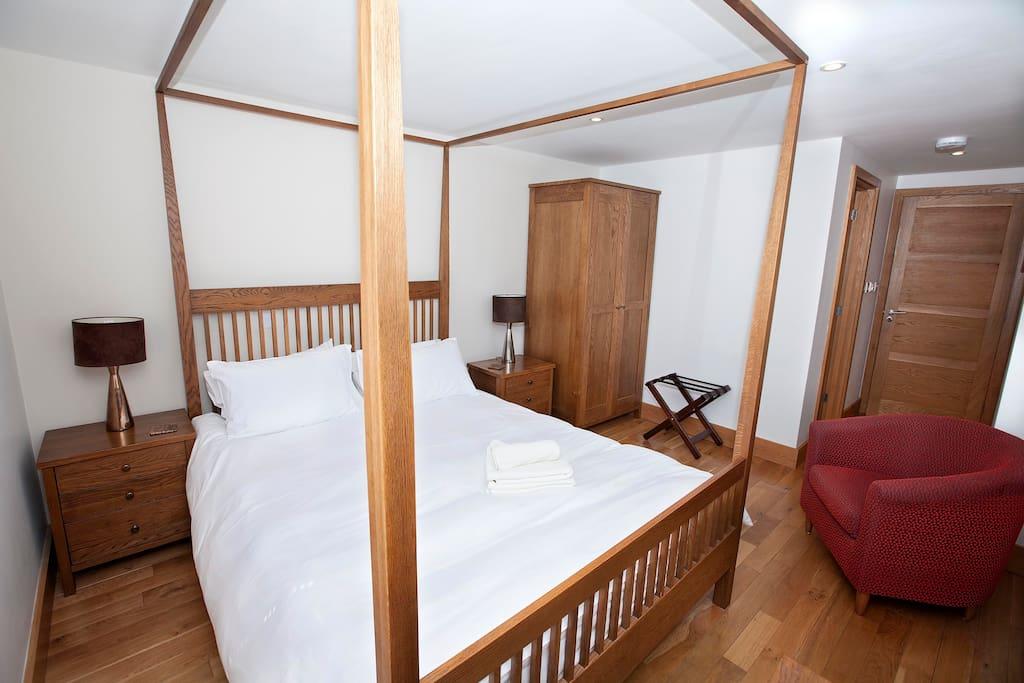Four-poster bedroom with en suite