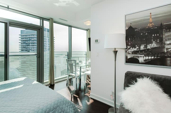 High-Floor City View Downtown Suite with Lake view