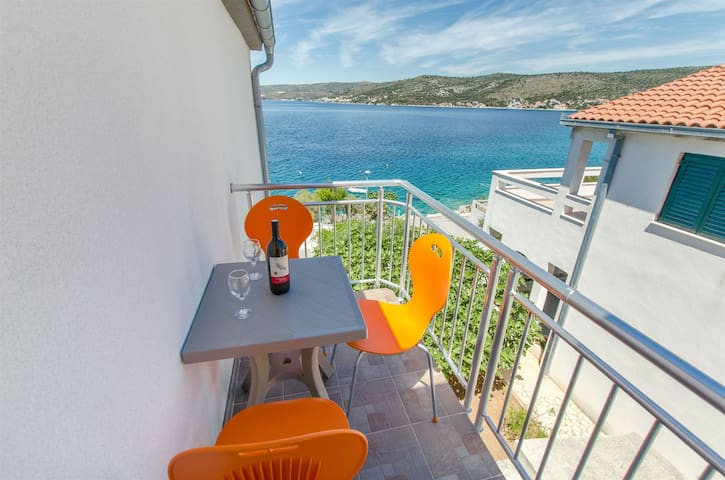 Studio Apartment, beachfront in Razanj, Balcony